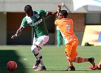 ENVIGADO -COLOMBIA-05-02-2017: Yuber A. Asprilla (Der) jugador de Envigado FC disputa el balón con Yuber A. Asprilla (Izq) jugador de Deportivo Cali durante partido por la fecha 1 de la Liga Águila I 2017 realizado en el Polideportivo Sur de la ciudad de Envigado. / Yuber A. Asprilla (R) player of Envigado FC fights for the ball with Yuber A. Asprilla (L) player of Deportivo Cali during match for the date 1 of the Aguila League I 2017 played at Polideportivo Sur in Envigado city: VizzorImage/ León Monsalve /Cont