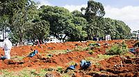 São Paulo , SP, 01.04.2021 -  Abertura de Sepulturas Cemitério Vila Formosa-SP - Funcionários caminha entre sacos com ossos retirados de sepulturas na manhã desta quinta -feira (01) , para abertura de novas sepulturas no Cemitério Vila Formosa.