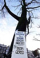 Nederland  Amsterdam - 31 december 2020.    Versteviging / vernieuwing van de kades in Amsterdam. Boom gered.Tekst op de boom : Nieuwe kademuur 1,5 meter verder gracht ingezet. Foto : ANP/ HH / Berlinda van Dam
