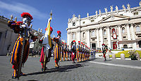 Guardie Svizzere schierate in attesa dell'inizio della messa di Pasqua celebrata dal Papa in Piazza San Pietro, Citta' del Vaticano, 20 aprile 2014.<br /> Swiss Guards line up prior to the start of the Easter Mass celebrated by the Pope in St. Peter's Square, Vatican, 20 April 2014.<br /> UPDATE IMAGES PRESS/Isabella Bonotto<br /> <br /> STRICTLY ONLY FOR EDITORIAL USE