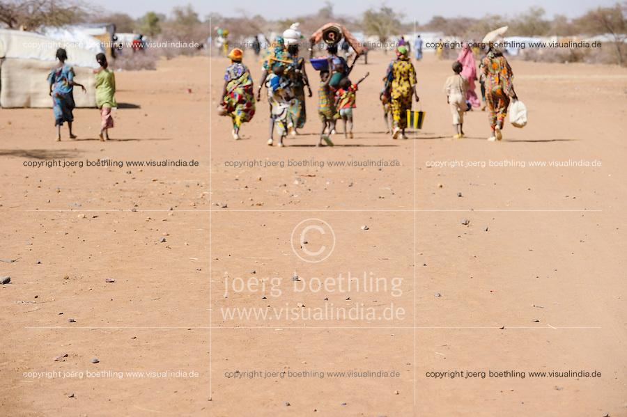 BURKINA FASO Dori , malische Fluechtlinge, vorwiegend Tuaregs, im Fluechtlingslager Goudebo des UN Hilfswerks UNHCR, sie sind vor dem Krieg und islamistischem Terror aus ihrer Heimat in Nordmali geflohen | <br /> BURKINA FASO Dori, malian refugees, mostly Touaregs, in refugee camp Goudebo of UNHCR, they fled due to war and islamist terror in Northern Mali