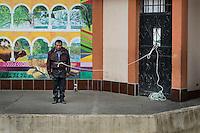 21 noviembre 2014. <br /> Miguel Tomás Sebastián fue capturado por vecinos de Santa Cruz de Barillas (Guatemala) acusado de intentar matar a líderes comunitarios que se oponen a la hidroeléctrica española Ecoener. El tuvo que caminar atado por el pueblo antes de ser sometido a un juicio público en el parque. Las leyes mayas determinan que, en caso de conflicto entre comunidades, se puede aplicar su propia justicia.  <br /> La llegada de algunas compañías extranjeras a América Latina ha provocado abusos a los derechos de las poblaciones indígenas y represión a su defensa del medio ambiente. En Santa Cruz de Barillas, Guatemala, el proyecto de la hidroeléctrica española Ecoener ha desatado crímenes, violentos disturbios, la declaración del estado de sitio por parte del ejército y la encarcelación de una decena de activistas contrarios a los planes de la empresa. Un grupo de indígenas mayas, en su mayoría mujeres, mantiene cortado un camino y ha instalado un campamento de resistencia para que las máquinas de la empresa no puedan entrar a trabajar. La persecución ha provocado además que algunos ecologistas, con órdenes de busca y captura, hayan tenido que esconderse durante meses en la selva guatemalteca.<br /> <br /> En Cobán, también en Guatemala, la hidroeléctrica Renace se ha instalado con amenazas a la población y falsas promesas de desarrollo para la zona. Como en Santa Cruz de Barillas, el proyecto ha dividido y provocado enfrentamientos entre la población. La empresa ha cortado el acceso al río para miles de personas y no ha respetado la estrecha relación de los indígenas mayas con la naturaleza. © Calamar2/Pedro ARMESTRE<br /> <br /> The arrival of some foreign companies to Latin America has provoked abuses of the rights of indigenous peoples and repression of their defense of the environment. In Santa Cruz de Barillas, Guatemala, the project of the Spanish hydroelectric Ecoener has caused murders, violent riots, the declaration of a state of siege by the army 