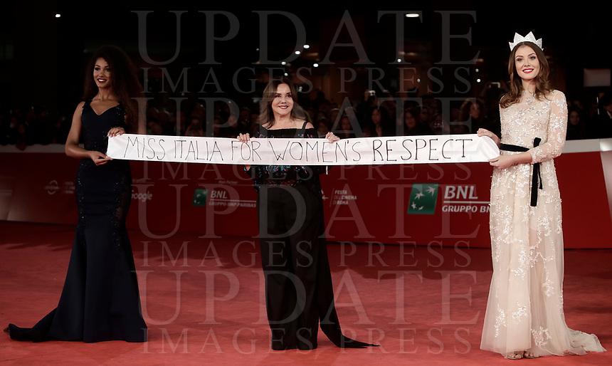 """Miss Italia 2017 Alice Rachele Arlanch (d) la patronne del concorso di Miss Italia Patrizia Mirigliani (c) e Samira Lui, terza classificata al concorso, posano con un manifesto  recante la scritta """"Miss Italia for women's respect"""" sul red carpet della Festa del Cinema di Roma, 4 novembre 2017.<br /> """"Miss Italia 2017"""" Alice Rachele Arlanch (r) the """"Miss Italia 2017"""" patronne Patrizia Mirigliani (c) e Samira Lui (s) pose on the red carpet during the international Rome Film Festival at Rome's Auditorium, on november 4, 2017.<br /> UPDATE IMAGES PRESS/Isabella Bonotto"""