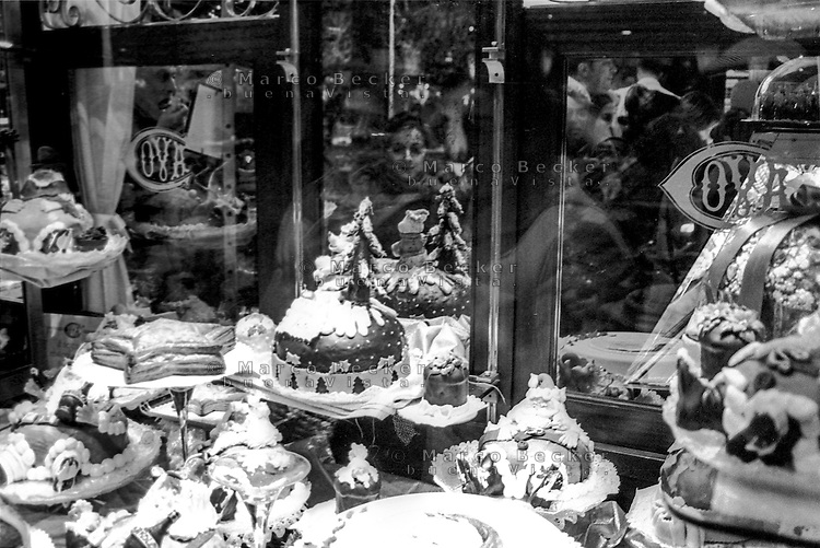 Milano, via Montenapoleone. Torte in vetrina alla pasticceria Cova --- Milan, Montenapoleone street. Cakes on display at pastry shop Cova