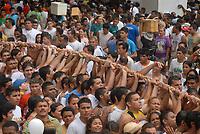 A corda que puxa o carro de Nossa Senhora de Nazaré é levantada e mostrada aos fiéis    durante a maior procissão religiosa do país, que este ano conforme estimativas foi acompanhada por mais de 1,5 milhão de fiéis.<br /> 12/10/2008<br /> Belém, Pará, Brasil.<br /> Foto Paulo Santos/Interfoto