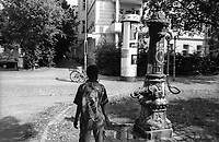 berlino, quartiere kreuzberg. un bambino e una pompa d'acqua non potabile --- berlin, kreuzberg district. a kid and an undrinkable water pump