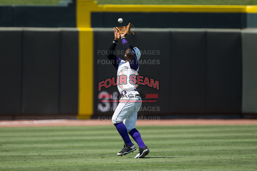 Winston-Salem Dash shortstop Yeyson Yrizarri (6) catches a fly ball in shallow left field during the game against the Potomac Nationals at BB&T Ballpark on August 6, 2017 in Winston-Salem, North Carolina.  The Nationals defeated the Dash 4-3 in 10 innings.  (Brian Westerholt/Four Seam Images)