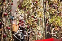 SÃO PAULO,SP,01 DE DEZEMBRO DE 2011 - DECORACAO DE NATAL- No final da tarde desta sexta-feira (02), homens são vistos trabalhando na finalizacao da decoracao de natal em um banco da avenida paulista. Foto Ricardo Lou-News Free