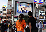 May 25, 2020, Tokyo, Japan - Japanese Prime Minister Shinzo Abe announces to lift a state of emergency on a large screen in Tokyo on Monday, May 25, 2020. Japanese government lifted last five prefectures of a state of emergency including Tokyo Metropolitan area.     (Photo by Yoshio Tsunoda/AFLO)