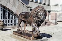 Löwe vor Militärmuseum am  Einheitsplatz in Kaunas, Litauen, Europa