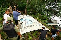 Imagem feita ontem (28) e divulgada nesta terça-feira (29) mostra um pedaço de um veículo espacial da Agência Espacial do Reino Unido encontrado pelo pescador Manoel Alves, 73, na Vila Macapazinho, em Salinópolis (293 km de Belém), no Pará. Trata-se de uma placa grande de fibra de carbono, aparentemente do casco externo. A própria agência britânica deve ser acionada para recolher o lixo espacial <br /> Salinópolis, Pará, Brasil.<br /> Tarso Sarraf<br /> 28/04/2013