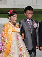 Brautpaare vor Monument Mansudae in Pyongyang, Nordkorea, Asien<br /> Bridal couples at Mansudae Monument, Pyongyang, North Korea, Asia