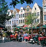 Belgium, Oost Vlaanderen, Ghent: Cafes at Vrijdagmarkt | Belgien, Ostflandern, Gent: Cafes und Giebelhaeuser am Vrijdagmarkt