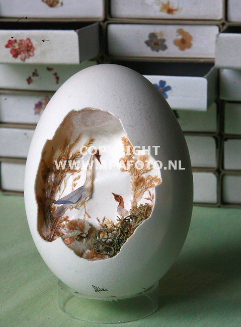 ARNHEM 100406 Adrie Jansen schildert landschappen op eieren.<br />Foto Frans Ypma APA-foto