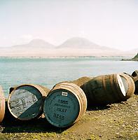 Schottland, Innere Hebriden, Islay, Whisky, alte Whiskyfaesser auf dem Gelaende der Bunnahabain Whiskeydestille, Hintergrund: Insel Jura, Faesser, Europa, Grossbritannien, 04/2009; MF; (Bildtechnik: sRGB, 70.00 MByte vorhanden)<br /> <br /> English: Scotland, Inner Hebrides, Islay, whisky, old whisky barrels outside Bunnahabain Whisky Distillery, in background the island of Jura, barrel, Europe, Great Britain, April 2009