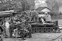 - Esercitazioni NATO in Germania, Settembre 1984, militari inglesi eseguono la manutenzione al motore di un cannone semovente M 109<br /> <br /> - NATO exercises in Germany, September 1984, British soldiers perform maintenance on the engine of a self-propelled gun M 109