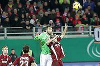 Bas Dost (Wolfsburg) gegen Marc Stein (OFC)
