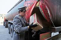 - Brindisi, the Financial Police, confiscate a shipment of cigarettes hidden in the false bottom of a tanker<br /> <br /> - Brindisi, la Guardia di Finanza, sequestra un carico di sigarette nascosto nel doppiofondo di una autocisterna