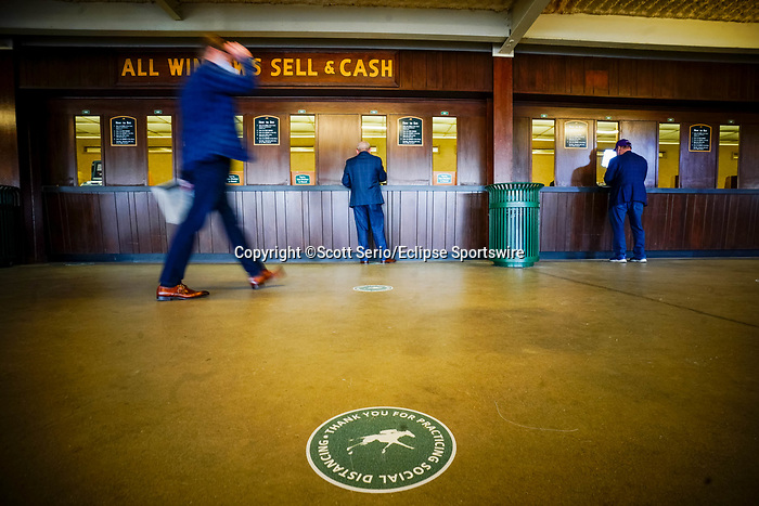 November 7, 2020 : Attendees bet on racehorses on Breeders' Cup Championship Saturday at Keeneland Race Course in Lexington, Kentucky on November 7, 2020. Scott Serio/Eclipse Sportswire/Breeders' Cup/CSM