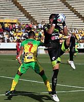 NEIVA-COLOMBIA-18-04-2018: Franco Boló (Izq.) jugador de Atletico Huila disputa el balón con Victor Cabezas (Der.) guardameta de Deportivo Pasto, durante partido entre Atletico Huila y Deportivo Pasto, de la fecha 16 por la Liga Aguila, I 2018 en el estadio Guillermo Plazas Alcid de Neiva. / Franco Bolo (L), player of Atletico Huila vies for the ball with Victor Cabezas (R) goalkeeper of Deportivo Pasto, during a match of the 16th date for the Liga Aguila I 2018 at the Guillermo Plazas Alcid Stadium in Neiva city. Photo: VizzorImage  / Sergio Reyes / Cont.