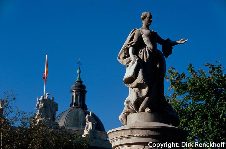 Plaza Villa de Paris in Madrid, dahinter der Justizpalast, Spanien