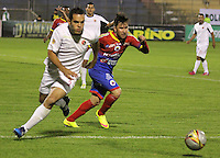 PASTO - COLOMBIA, 09-05-2015: Jonathan Gomez jugador del  Deportivo Pasto disputa un balón con John Garcia jugador de Cucuta Deportivo durante partido por la fecha 19 Liga Águila I 2015 jugado en el estadio La Libertad de Pasto./ Jonathan Gomez player of Deportivo Pasto vies for the ball with John Garcia player of Cucuta Deportivo during the match for the 19th date of Aguila  League I 2015 played at La Libertad stadium in Pasto. Photo: VizzorImage / Leonardo Castro / Cont