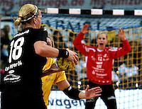 """1. Bundesliga Handball Damen - Frauen Handball BL DHB - Arena Leipzig - HC Leipzig : TSV Bayer 04 Leverkusen """"Handballelfen"""" - im Bild: Laura Steinbach (Bayer) wird von Sara Eriksson  am Kreis gestoppt  - im Tor Torfrau Katja Schuelke . Foto: Norman Rembarz..Norman Rembarz , Autorennummer 41043728 , Augustenstrt. 2, 04317 Leipzig, Tel.: 01794887569, Hypovereinsbank: BLZ: 86020086, KN: 357889472, St.Nr.: 231/261/06432 - Jegliche kommerzielle Nutzung ist honorar- und mehrwertsteuerpflichtig! Persönlichkeitsrechte sind zu wahren. Es wird keine Haftung übernommen bei Verletzung von Rechten Dritter. Autoren-Nennung gem. §13 UrhGes. wird verlangt. Weitergabe an Dritte nur nach  vorheriger Absprache.."""