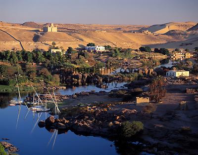 EGY, Aegypten, Nil bei Assuan, im Hintergrund das Aga Khan Mausoleum und die Villa der Begum | EGY, Egypt, Assuan: river Nile, at background Aga Khan Mausoleum and Begum's Villa