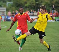 Sporting Menen - KV Oostende : Sebastien Siani aan de bal voor Dieter Meulenyzer (rechts)<br /> foto VDB / Bart Vandenbroucke