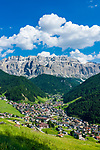 Italy, South Tyrol (Trentino - Alto Adige), Dolomites, Val Gardena: Selva di Val Gardena with Gruppo del Sella mountains   Italien, Suedtirol (Trentino - Alto Adige), Dolomiten, Groednertal: Wolkenstein in Groeden vor Sellagruppe