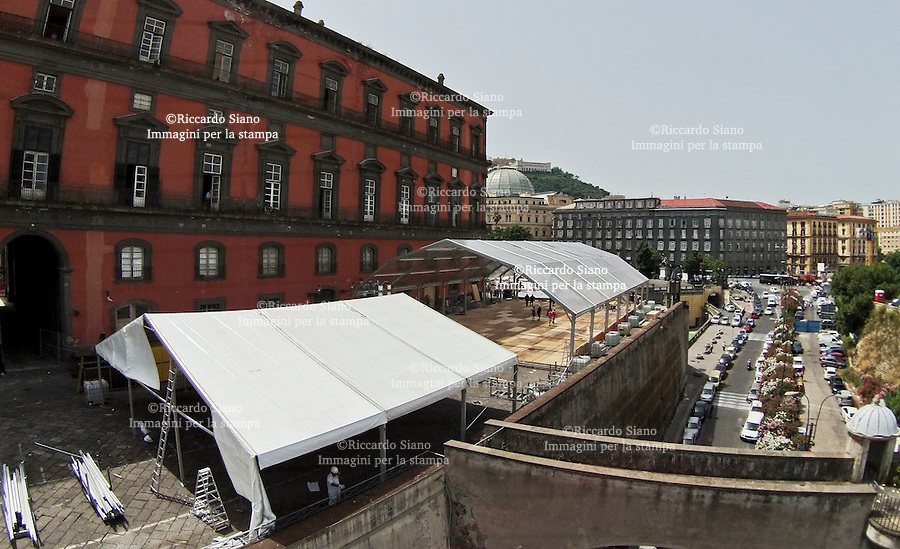 - NAPOLI 24 GIU  2014 -  Installazione capannoni Palazzo Reale per il ricevimento del centenario di E.Marinella, in programma il 26 giugno