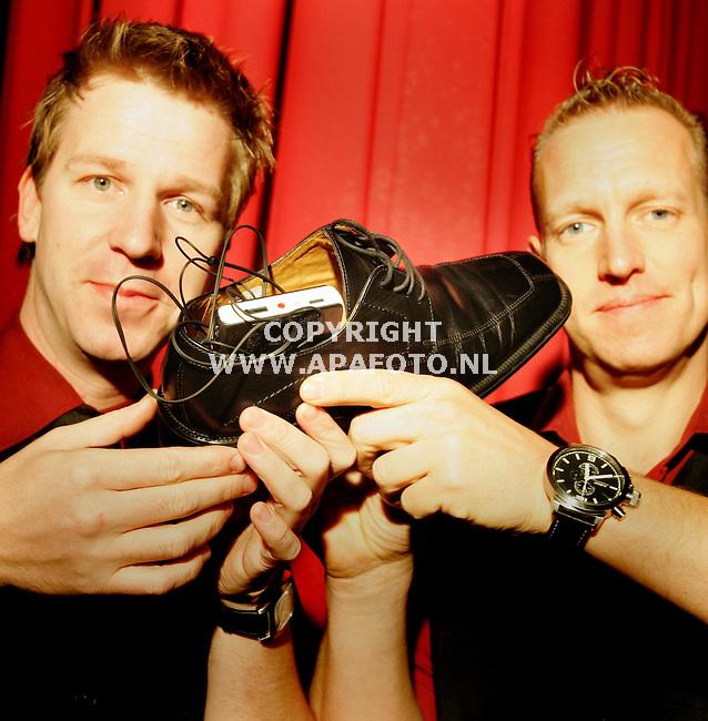 Kalkar, 131105<br /> Emiel Lensen en Rob Mollien (rechts) tonen de schoen met apparatuur die in Nijmegen voor een bommelding heeft gezorgd.<br /> Foto: Sjef Prins - APA Foto