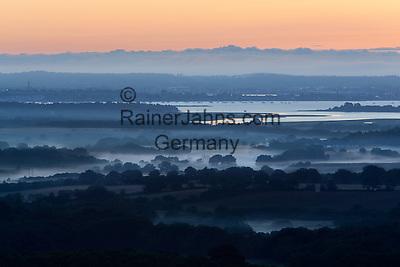 Great Britain, England, Dorset, Poole: Misty sunrise over Poole Harbour   Grossbritannien, England, Dorset, Poole: Morgennebel bei Sonnenaufgang ueber Poole Harbour