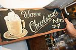 Foto: VidiPhoto<br /> <br /> BURGH-HAAMSTEDE - Het is een museum, bakkerij, lunchroom en snoepwinkel tegelijk. Brood- en banketbakkerij Sonnemans in Burgh-Haamstede is met stip de bezienswaardigste, wonderlijkste en smakelijkste warme bakker van Nederland. De bakkerij is wereldberoemd. Foto: De vermaarde chocolademelk.