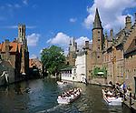 Belgium, West-Flanders, Bruges: Rozenhoedkaai and the Belfry with tour boat | Belgien, Westflandern, Provinzhauptstadt Bruegge: Bootsrundfahrt vorbei am Rozenhoedkaai zum Belfried, dem Glockenturm des Rathauses