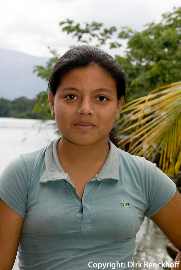 Guatemala, Mädchen in  Dorf am Rio Dulce