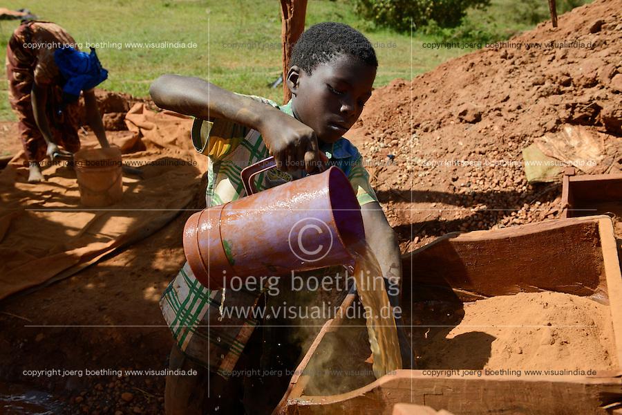 TANZANIA Geita, artisanal gold mining in Nyarugusu, children wash ore dust for gold / TANSANIA Geita, kleine Goldminen in Nyarugusu, Kinder waschen Erzstaub nach Gold
