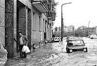 - Milano, ottobre 1976, esondazione del fiume Seveso nei quartieri settentrionali di Niguarda e viale Fulvio Testi<br /> <br /> - Milan, October 1976, flooding of the Seveso river in the northern area of Niguarda and Fulvio Testi avenue