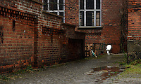 Spinnerei - alte Baumwollspinnerei in Plagwitz / Leipzigs Kunstzentrum / Künstler haben hier ihre Ateliers und zahlreiche Galerien sind in den betagten Gebäuden angesiedelt - im Bild: Ansicht bei Regenwetter - Detail  Klobecken / Klo / Kloschüssel an Hauswand.  Foto: aif / Norman Rembarz..Jegliche kommerzielle wie redaktionelle Nutzung ist honorar- und mehrwertsteuerpflichtig! Persönlichkeitsrechte sind zu wahren. Es wird keine Haftung übernommen bei Verletzung von Rechten Dritter. Autoren-Nennung gem. §13 UrhGes. wird verlangt. Weitergabe an Dritte nur nach  vorheriger Absprache. Online-Nutzung ist separat kostenpflichtig..