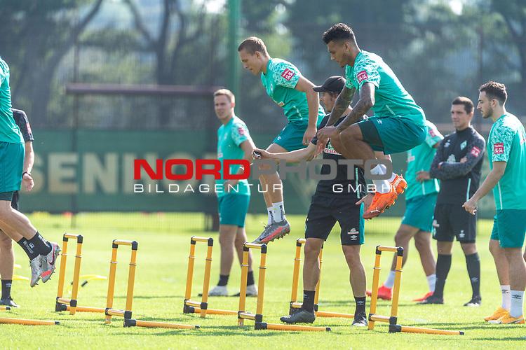 15.09.2020, Trainingsgelaende am wohninvest WESERSTADION - Platz 12, Bremen, GER, 1.FBL, Werder Bremen Training<br /> <br /> Aufwaermtraining / Dehnuebung / Springuebung<br /> <br /> Ludwig Augustinsson (Werder Bremen #05)<br /> <br /> Davie Selke  (SV Werder Bremen #09)<br /> <br /> Foto © nordphoto / Kokenge