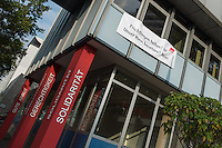 """Nach einer Woche Aufenthalt im Haus des Deutschen Gewerkschaftsbunds in Berlin liessen die Verantwortlichen des DGB etwa 25 Fluechtlinge durch die Polizei raeumen. Dabei gab es mehrere Verletzte, zwei davon nach Aussagen von Augenzeugen schwer. Mehrere Fluechtlinge wurden nach der gewaltsamen Raumung ins Krankenhaus gebracht. Mehrere Personen hatten sich zum Teil aneinander gekettet, um so die Raeumung zu verhindern.<br /> Die Fluechtlinge hatten vor einer Woche im DGB-Haus um Unterstuetzung fuer ihr Anliegen nach Asyl und Bleiberecht gesucht. Die Gewerkschaftsverantwortlichen waren jedoch nicht bereit ihnen mehr als ein paar Tage Obdach zu gewaehren und die Politik zu bitten das Problem zu loesen.<br /> Im Bild: Am Morgen der Raeumung wurde vom DGB ein Transparent mit der Aufschrift """"Fluechtlingen helfen? Ja! - Unser Haus besetzen? Nein!"""" am Haus aufgehaengt.<br /> 2.10.2014, Berlin<br /> Copyright: Christian-Ditsch.de<br /> [Inhaltsveraendernde Manipulation des Fotos nur nach ausdruecklicher Genehmigung des Fotografen. Vereinbarungen ueber Abtretung von Persoenlichkeitsrechten/Model Release der abgebildeten Person/Personen liegen nicht vor. NO MODEL RELEASE! Don't publish without copyright Christian-Ditsch.de, Veroeffentlichung nur mit Fotografennennung, sowie gegen Honorar, MwSt. und Beleg. Konto: I N G - D i B a, IBAN DE58500105175400192269, BIC INGDDEFFXXX, Kontakt: post@christian-ditsch.de<br /> Urhebervermerk wird gemaess Paragraph 13 UHG verlangt.]"""