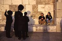 Israele, Gerusalemme: alcuni ebrei ultraortodossi di fronte al muro del pianto, osservati da due turiste.