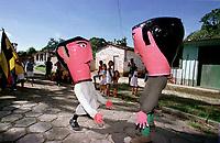 Cabeçudos brincam pelas ruas da cidade. A festa que parece mistura de boi bumbá e cordão de pássaros é conhecida como Boi de Máscaras. São Caetano de Odivelas - Pará- Brasil<br />24 a 27/06/2000.<br />©Foto: Paulo Santos/ Interfoto<br />Negativo Cor 135 Nº7533 T6 F27a
