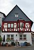 Zum Horrweiler Hecht, 18. Jh., Wohnhaus mit geschnitztem Fenster Erker und verschieferter Giebelseite