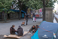 Europe / Ile de France / 75011/Paris : SDF , Bivouac Urbain , devant le Mur Oberkampf , Haut lieu du  Street Art // Europe / Ile de France / 75011 / Paris: SDF, Bivouac Urbain, in front of the Oberkampf Wall, High place of Street Art
