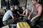 UKRAINE: Frontline of Kamyanka. Ukrainian soldiers peeling some potatoes for the dinner of their unit. <br /> <br /> UKRAINE: Frontline de Kamyanka. Des oldats ukrainiens épluchent des pommes de terre pour le dîner de leur unité.