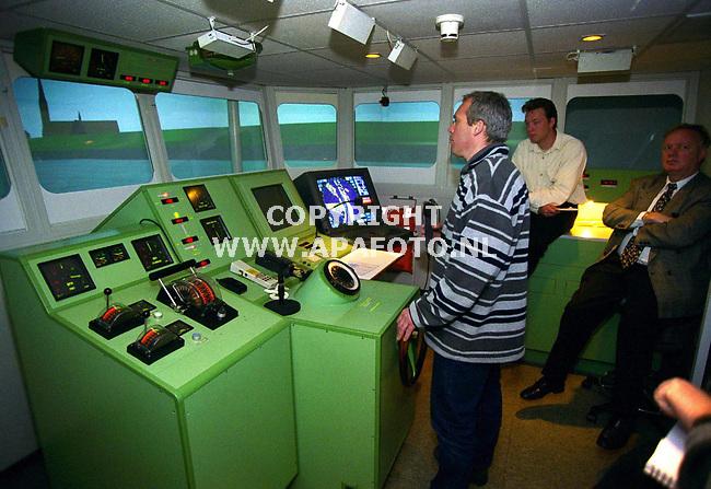 Wageningen , 100400  foto : koos groenewold /apa foto<br />Schipper dhr de Leeuw van Weenen tijdens de cursus in de simulator bij Marin. Hij vaart in het dagelijks leven op motortankschip Olympic