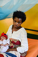 RUANDA, Butare, Institut Saint Boniface, Krankenstation Gikonko, Frau Aldine Mushimiyimana und Kind Umuhoza