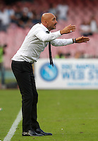 Calcio, Serie A: Napoli vs Roma. Napoli, stadio San Paolo, 15 ottobre. <br /> Roma's coach Luciano Spalletti gives indications to his players during the Italian Serie A football match between Napoli and Roma at Naples' San Paolo stadium, 15 October 2016. Roma won 3-1.<br /> UPDATE IMAGES PRESS/Isabella Bonotto