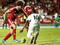CALI - COLOMBIA -27-04-2014: Stiven Tapiero (Izq.) jugador de America disputa el balón con  Brayan Lucumi (Der.) jugador de Llaneros FC durante  partido America y Llaneros FC por la fecha 15 del Torneo Postobon I 2014 en el estadio Pascual Guerrero de la ciudad de Cali. / Stiven Tapiero (R) player of America fights for the ball with Brayan Lucumi (L) player of Llaneros FC during a match between America and Llaneros FC for the date 15th of the Torneo Postobon I 2014 at the Pascual Guerrero stadium in Cali city. Photo: VizzorImage / Juan C Quintero / Str.